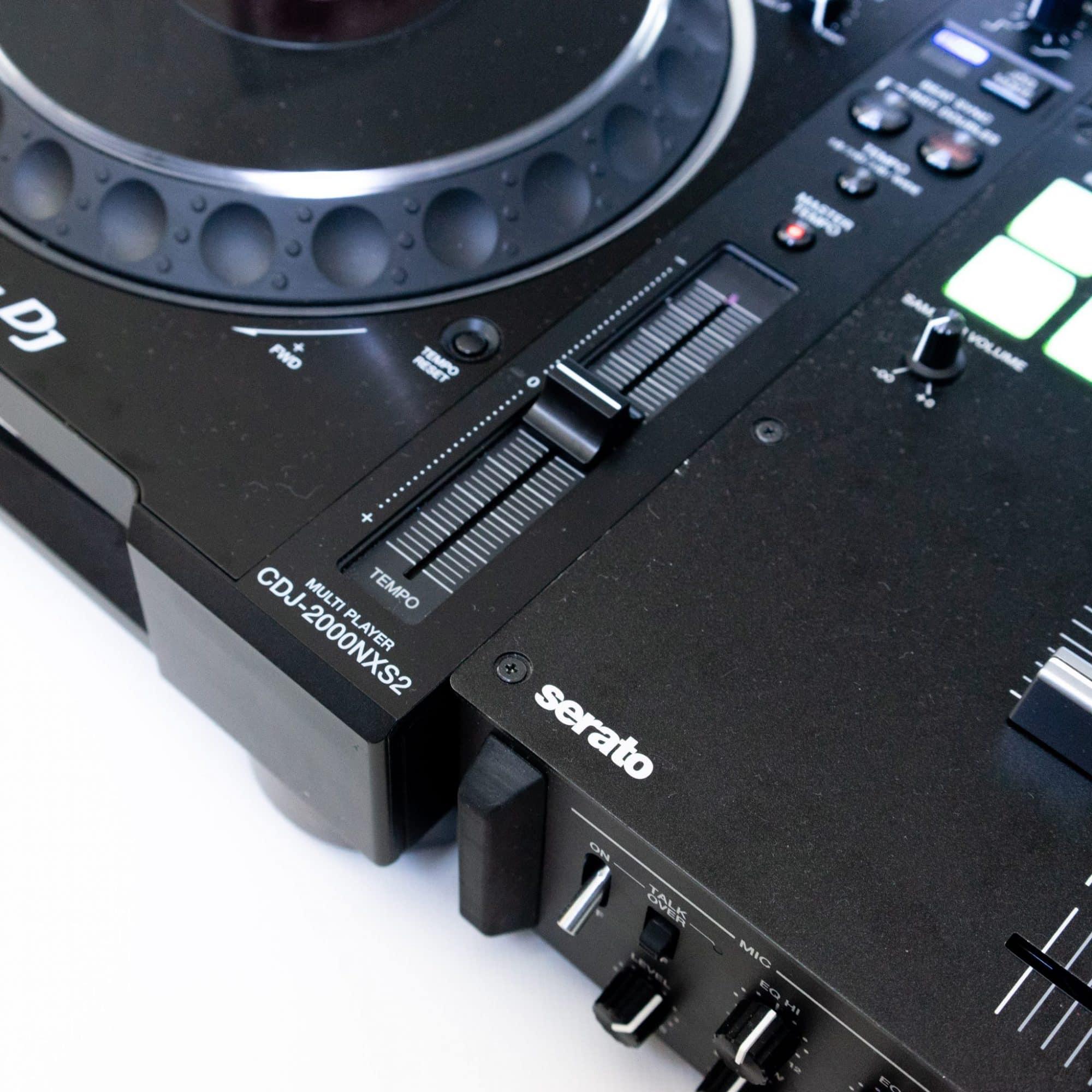 DJ-Set: 2x Pioneer CDJ 2000 NXS2 + 1x DJM S9